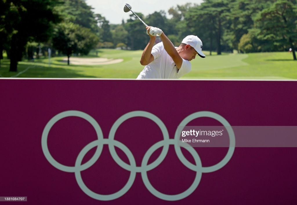 Morikawa practices ahead of the start of the Olympic golf tournament/Photo: Mike Ehrmann/Getty Images