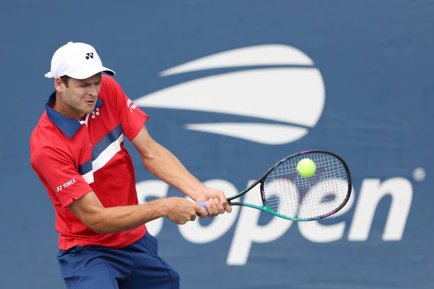 Hurkacz hits a backhand during his first-round victory/Photo: Elsa/Getty Images