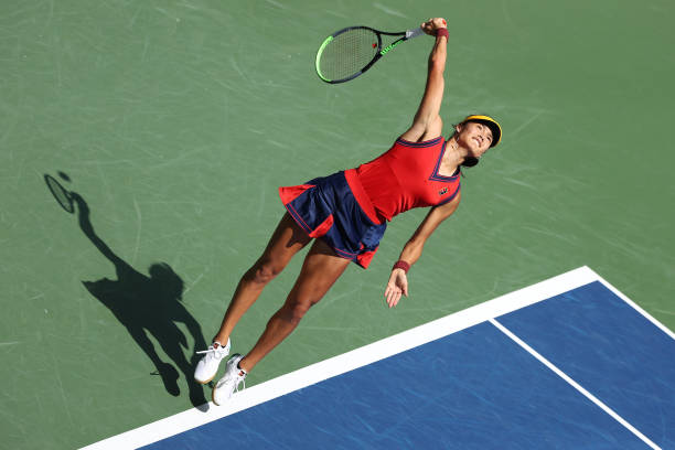 Raducanu serves during her quarterfinal victory/Photo: Elsa/Getty Images