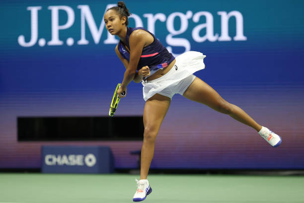 Fernandez serves during her semifinal victory/Photo: Elsa/Getty Images