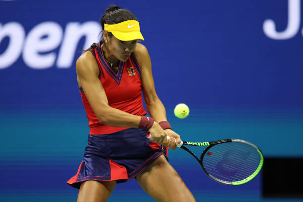 Raducanu hits a backhand during her semifinal victory over Sakkari/Photo: Elsa/Getty Images