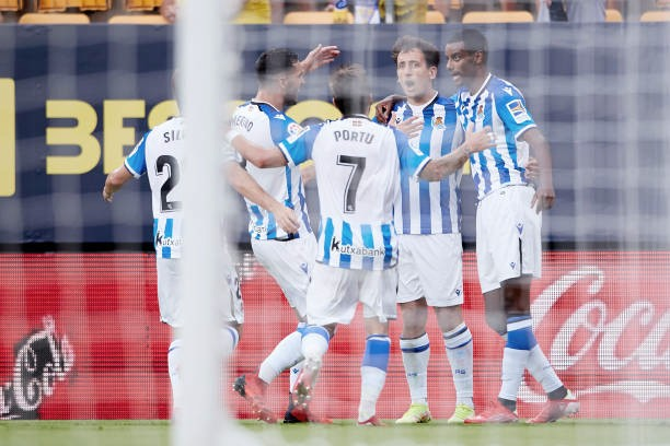 Los jugadores de la Real celebran el primer tanto de Oyarzabal. Foto: Getty Images.