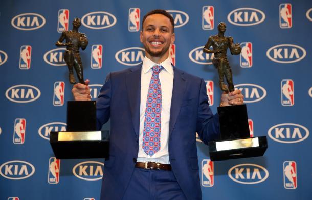 Curry posa con sus dos trofeos de MVP / Foto: Time.com