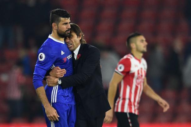 Conte en una abrazo frio con Diego Costa | Foto: Getty.