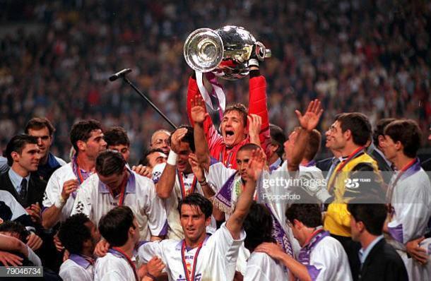 Bodo Illgner levantando la séptima Copa de Europa con el Real Madrid tras ganar a la Juventus de Turín   Fuente: Getty