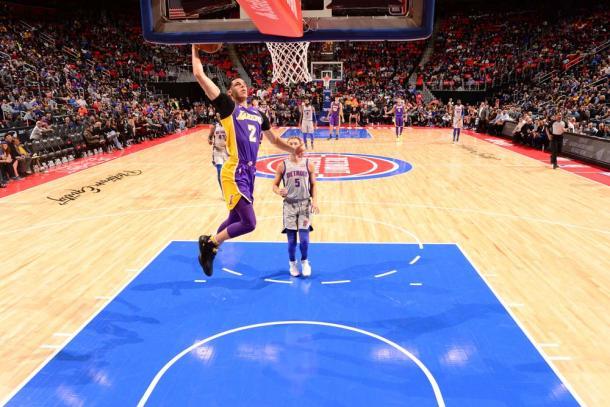Lonzo Ball foi um dos destaques dos Lakers e fez mais um duplo-duplo na temporada (Foto: Getty Images)