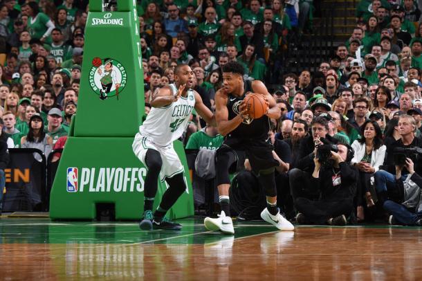 Giannis Antetokounmpo defendido por Al Horford | Foto: NBA.com