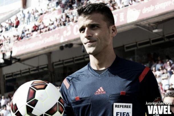 Gil Manzano con el balón en la mano antes del partido / Juan Ign.lechuga (VAVEL)
