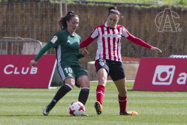 Gimbert y Paula Moreno pelean un balón. | FOTO: Athletic Club