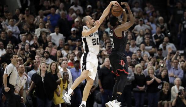 La celeberrima stoppata di Ginobili su Harden che, a fil di sirena, ha regalato gara-5 della serie agli Spurs. | Fonte: twitter - @NextSportStar