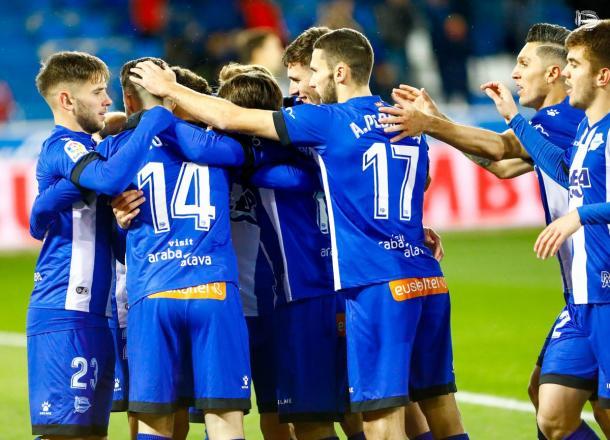 Jugadores del Alavés, celebrando la victoria en Girona. Fuente: deportivoalaves.com