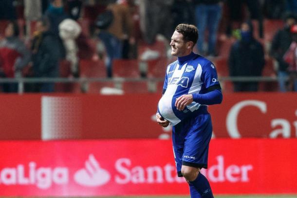 Ibai Gómez se llevó el balón, como premio a su primer hat-trick. Fuente: deportivoalaves.com