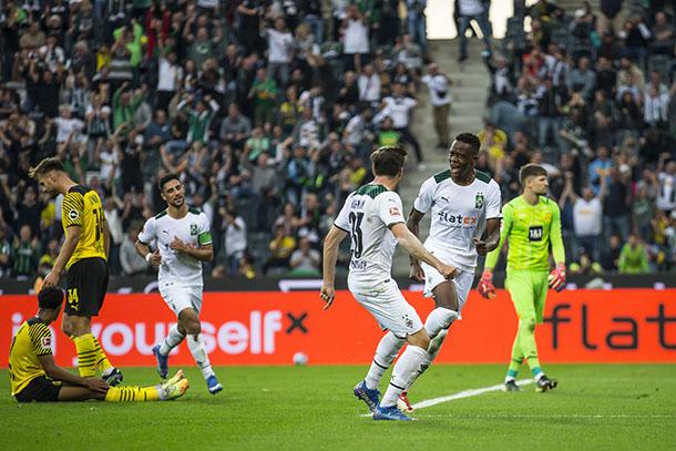 Zakaria festejando el gol con Hoffman / foto: @borussia