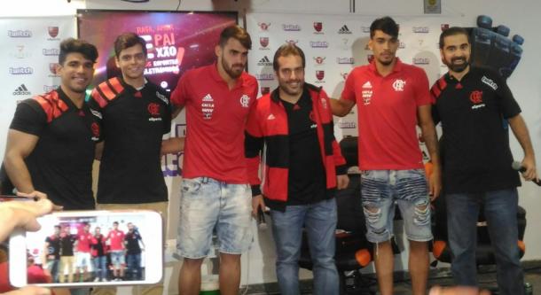Vizeu e Paquetá participaram do lançamento da camisa do Flamengo eSports (Foto: Rafael Tartaglia/VAVEL Brasil)