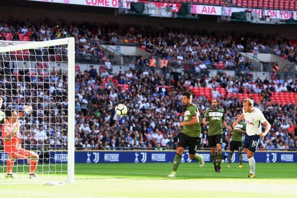 La testata di Kane per l'1-0 | www.twitter.com (@SpursOfficial)