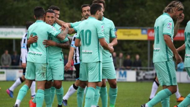 Los jugadores del Granada felicitan a Machís | Foto: Granada CF