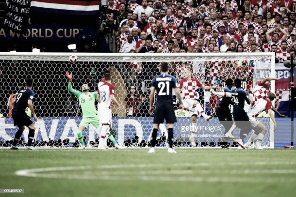 Subasic observa como el remate de Mandzukic se cuela en su propia portería / Fuente: Getty Images