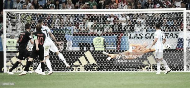 Modric observa como su lanzamiento se convertía en el 2-0 frente a Argentina / Fuente: Getty Images