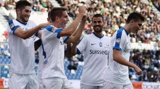 La Dea attorno a Conti, dopo il gol al Sassuolo. Fonte foto: gazzetta.it