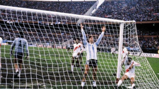 Ricargo Gareca convierte el empate agónico y lo festeja abajao del arco mirando a la tribuna repleta de argentinos del Monumental | Foto: La Nación