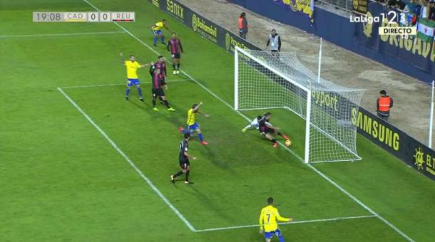 Gol fantasma que el árbitro, erróneamente, decidió no señalar | Foto: LaLiga 1|2|3 Tv