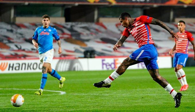 Disparo de Kenedy que acabó en gol, el segundo del Granada al Nápoles   Foto: Pepe Villoslada / GCF