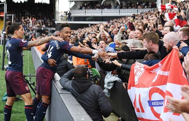 Aubameyang celebra con los aficionados del Arsenal su gol ante el Fullham | Fotografía: Arsenal