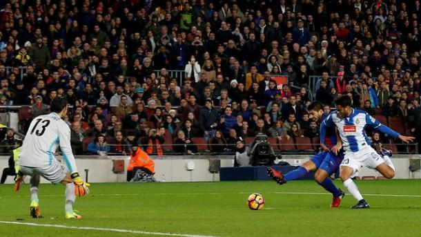 Momento em que Suárez abriu o placar no Camp Nou (Foto: Reuters)