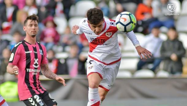 Álex Moreno golpeando el esférico para anotar su gol ante el Tenerife | Fotografía: Rayo Vallecano S.A.D.