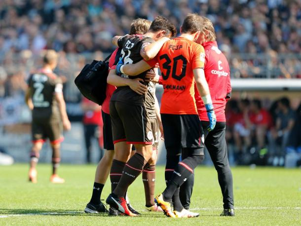 Gonther being helped off on Saturday. | Photo: Kicker/Imago