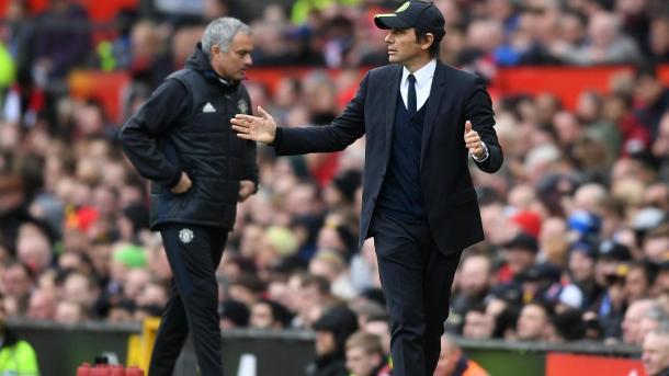 Antonio Conte dà indicazioni, con Josè Mourinho sullo sfondo, www.premierleague.com