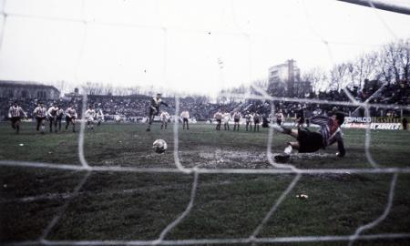 Gol de Chilavert, primero con la camiseta de Vélez de penal, a Estudiantes l Foto: El gráfico