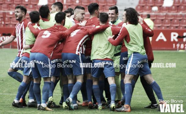 Jugadores del Sporting B celebrando un gol. | Imagen: Diego Blanco-VAVEL.