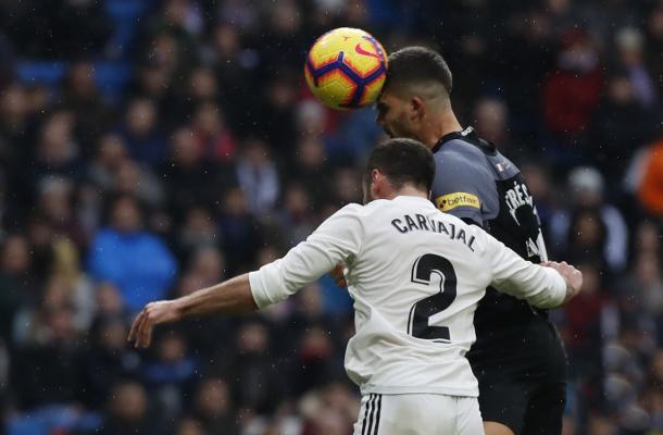 André Silva y Carvajal en un duelo aéreo | Foto: Sevilla