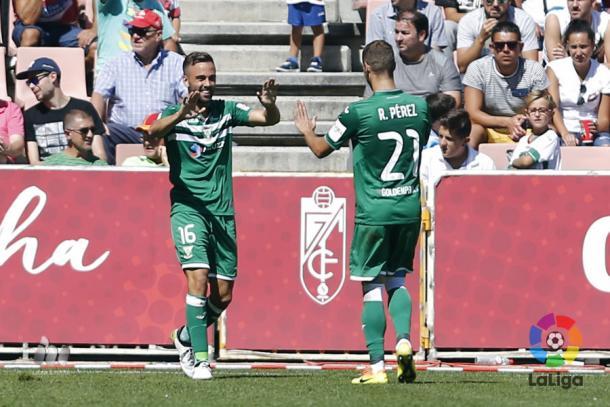 Robert Ibáñez y Rubén Pérez celebran el gol de la victoria en Granada | Foto: La Liga