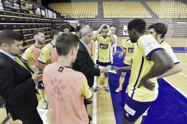 Suso Méndez da órdenes a sus jugadores   Foto: LNFS