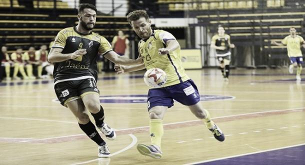 Víctor Montes y Juanillo pugnan por un balón | Foto: LNFS
