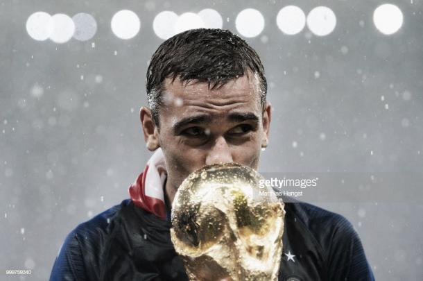 Antoine Griezmann besa la Copa del Mundo conquistada por su selección / Fuente: Getty Images