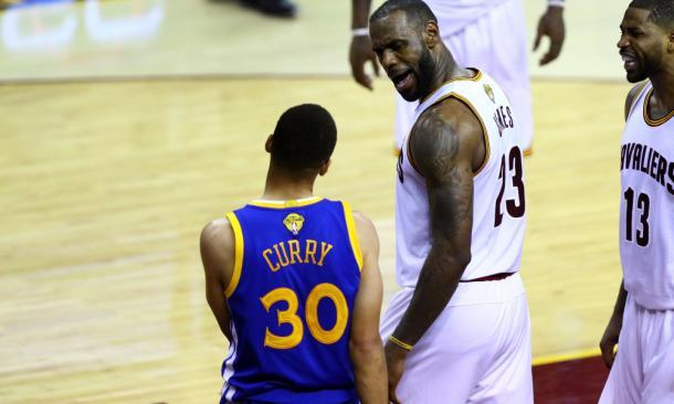 LeBron James protagonizou um toco sobre Curry no jogo 5 e levou os fãs a loucura (Foto: Divulgação/NBA)