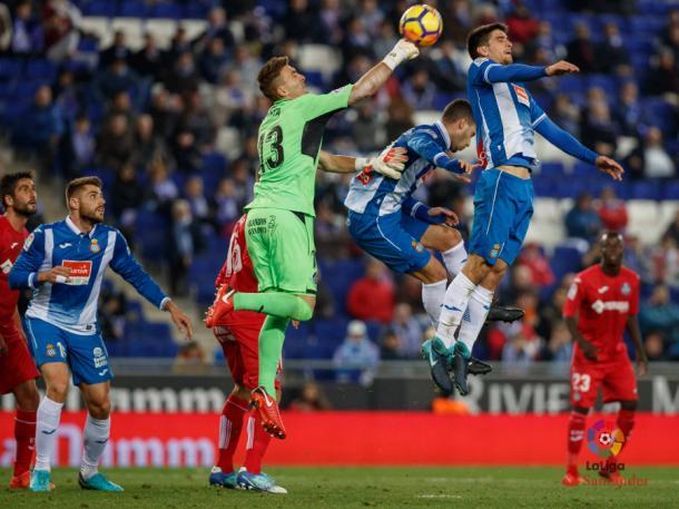 Guaita despeja un balón. / Foto: La Liga