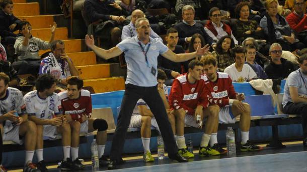 Rafa guijosa animando a su equipo. Foto: Ademar de León