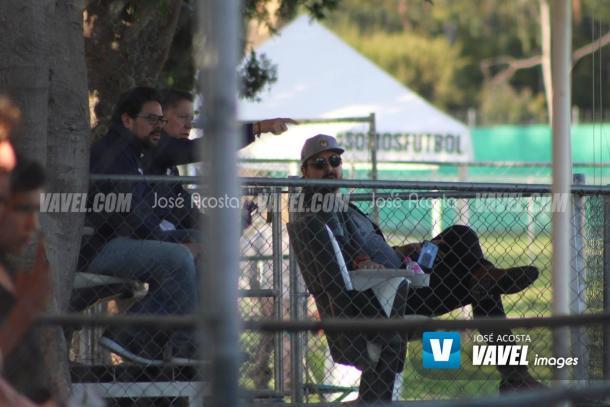 Amaury Vergara y Ricardo Peláez observando el entrenamiento de Chivas / Foto: José Acosta/VAVEL