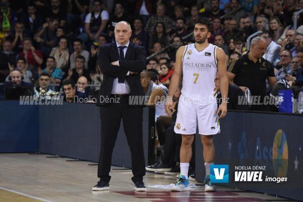Pablo Laso junto a Campazzo | Fuente: Noelia Déniz, VAVEL Images