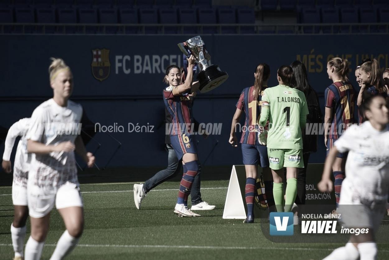 Vicky Losada levantando el trofeo de Liga de la pasada campaña.   Foto: Noelia Déniz