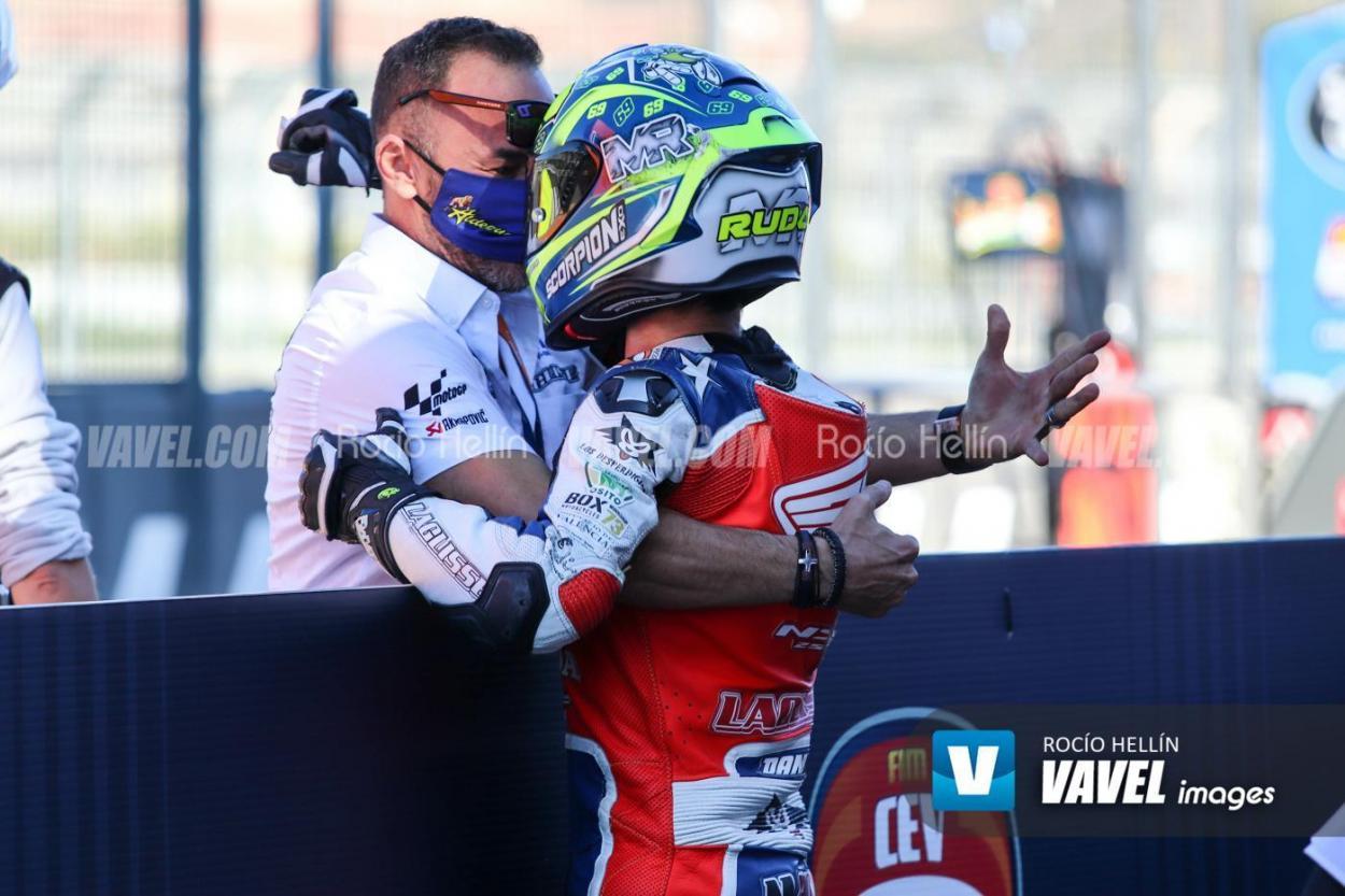 Celebrando la victoria con su padre.  Foto: Rocío Hellín | Vavel España.