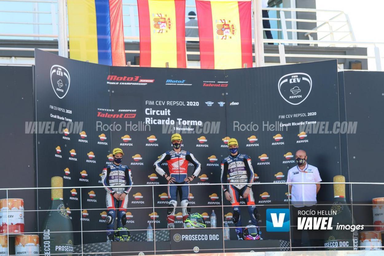 Marcos en podio con el representante del Team Laglisse. Foto: Rocío Hellín | Vavel España.
