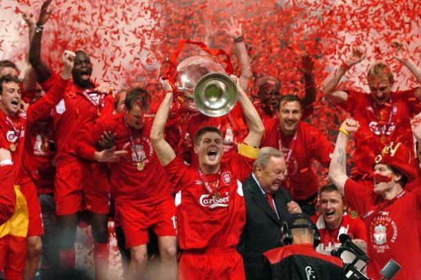 Gerrard levantando la Champions League en Estambul. Foto: UEFA