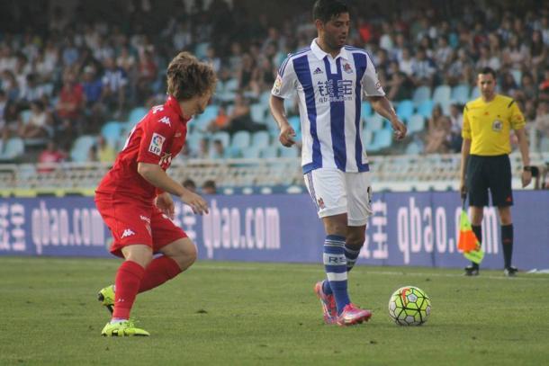 Halilovic defiende a Carlos Vela en Anoeta. Imagen: Iñigo Hernández (VAVEL)