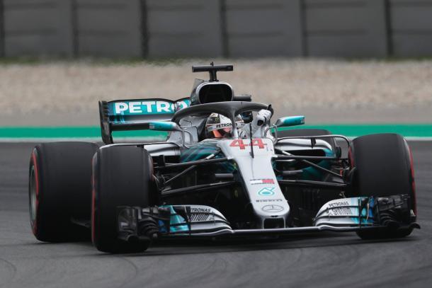 Lewis Hamilton festeggia la pole appena ottenuta