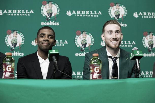 Kyrie Irving y Gordon Hayward en la presentación. Fuente: NBA.com